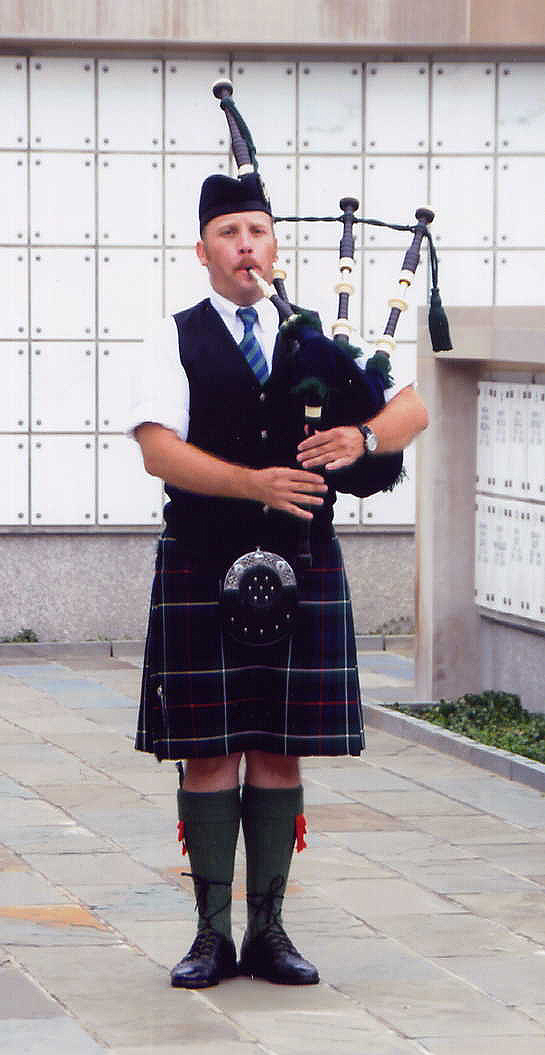 Maryland based bagpiper playing Bagpipe music on Scottish Bagpipes in the Mid-Atlantic Region